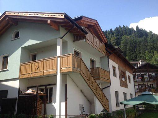 Trentino | Parapetti classici per balconi in alluminio tinta legno