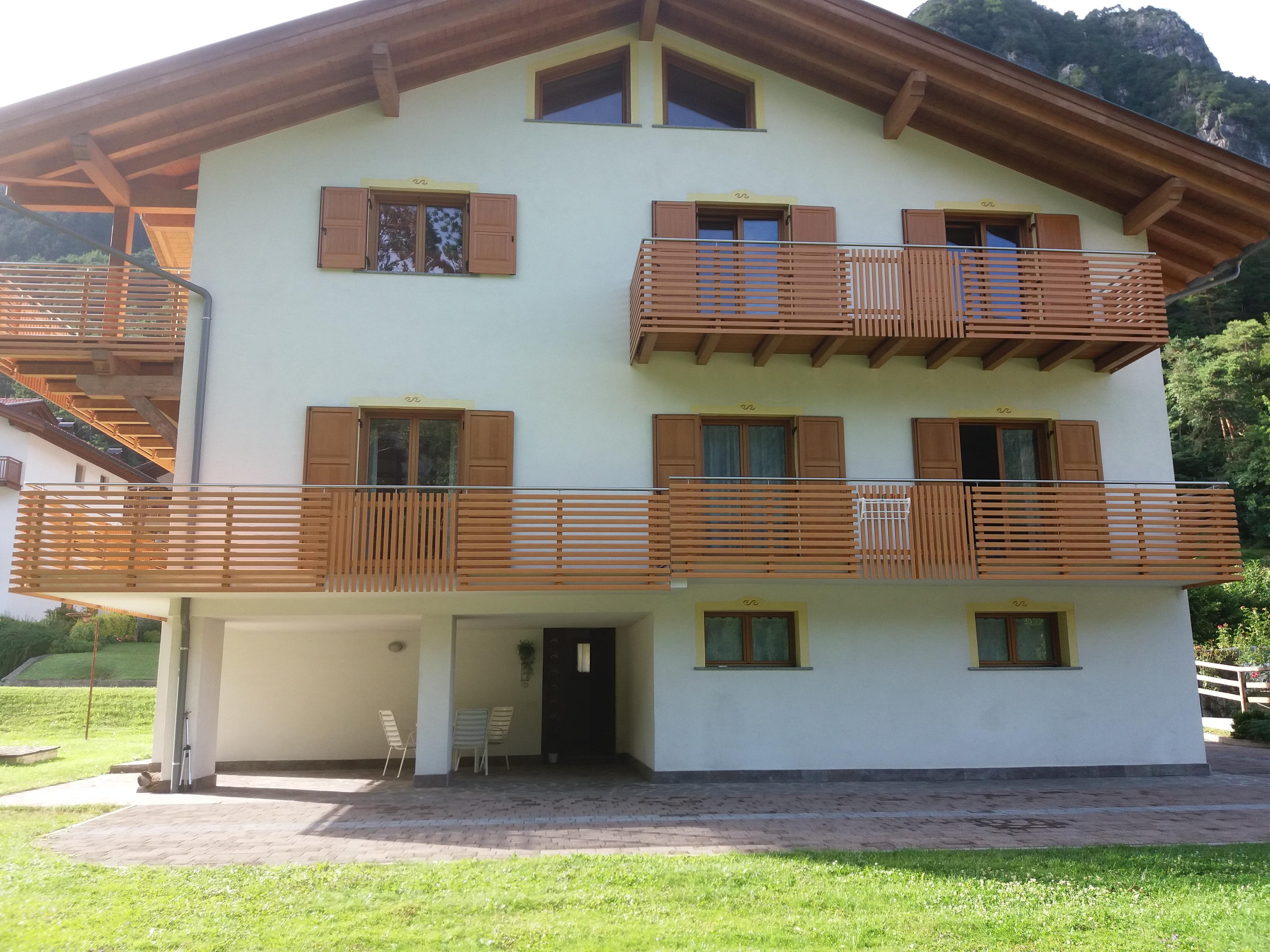 Trentino ringhiere per balconi in alluminio ad assi verticali e orizzontali dietre srl - Ringhiere in legno per esterni ...